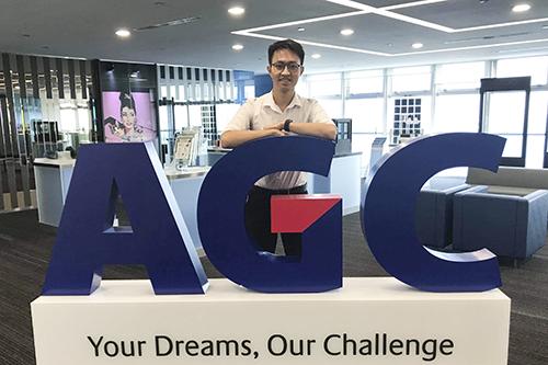 Nguyễn Ngọc Khang trong đợt thực tập hai tháng tại phòng nghiên cứu của một công ty lớn ở Singapore. Ảnh: Nhân vật cung cấp