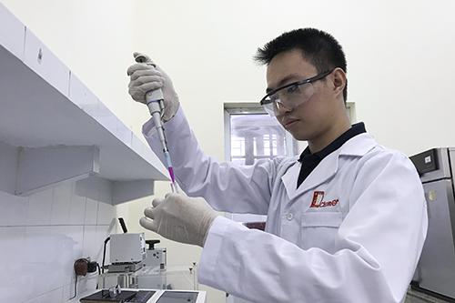 Dù đã ra trường, Nguyễn Ngọc Khang vẫn làm tiếp nghiên cứu của mình ở phòng thí nghiệm của Đại học Bách khoa Hà Nội. Ảnh: Nhân vật cung cấp