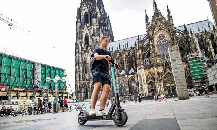 Xe scooter điện hiện rất phổ biến ở Đức, thường được khách du lịch và cả người dân địa phương thuê để sử dụng. Ảnh: Bild
