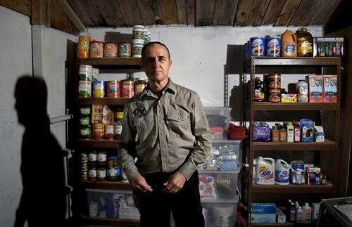 Miller đứng trong một kho chứa thực phẩm tại trại. Ảnh: Washington Post.