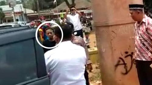 Nghi phạm tấn công Bộ trưởng An ninh Indonesia (khoanh tròn màu trắng). Ảnh: Tempo.