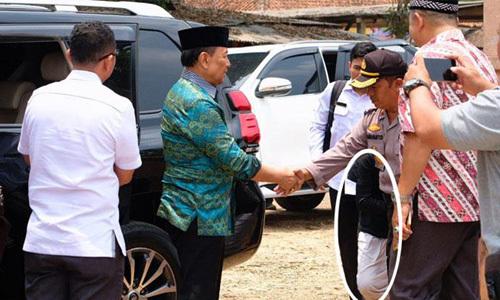Bộ trưởng An ninh Indonesia Wiranto (áo xanh) ngay trước lúc bị đâm dao ở thành phố Pandeglang hôm nay. Ảnh: Tempo.