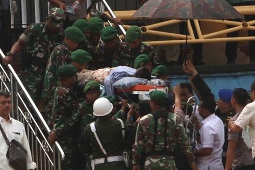 Bộ trưởng An ninh Indonesia được các binh sĩ di chuyển bằng cáng tới bệnh viện sau vụ tấn công hôm nay. Ảnh: AP.