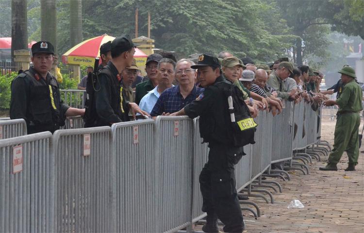 Cảnh sát bảo vệkhu vực bán vé trận Việt Nam - Malaysia. Ảnh: Văn Dánh