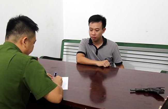 Đinh Thanh Tùng tại cơ quan công an. Ảnh: Minh Cương
