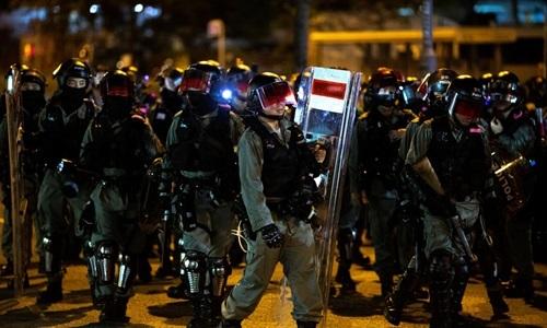 Cảnh sát chống bạo động Hong Kong giải tán người biểu tình gần đồn cảnh sát Ma On Shan hôm 9/10. Ảnh: Reuters.