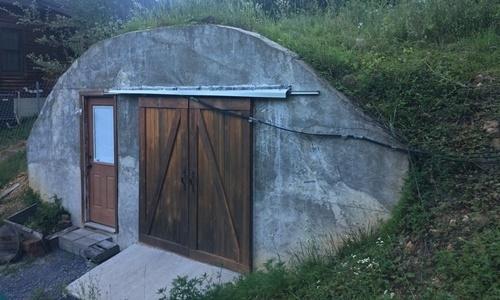 Một hầm trú ẩn trong trại Fortitude. Ảnh: Washington Times.