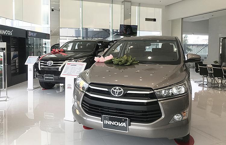 Bộ đôi Innova và Fortuner tại một đại lý Toyota ở TP HCM.