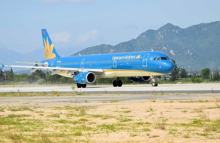 Máy bay cất cánh trên đường băng số 2 sân bay Cam Ranh ngày 10/10. Ảnh: Tuấn Anh.