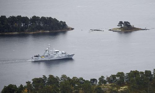 Tàu quét mìn HMS Koster tham gia chiến dịch săn tìm tàu ngầm ngày 19/10/2014. Ảnh: AFP.