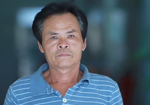 Ngư dân Nguyễn Đình Bê mệt mỏi sau nhiều ngày bám biển cứu tàu. Ảnh: Nguyễn Đông.