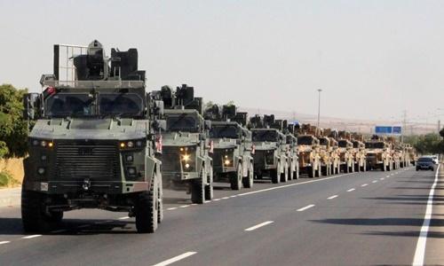 Đoàn xe quân sự Thổ Nhĩ Kỳ xuất hiện ở thành phố Kilis, gần biên giới với Syria, ngày 9/10. Ảnh: Reuters.
