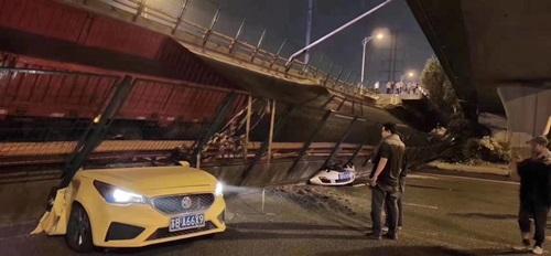 Một số ô tô mắc kẹt bên dưới cây cầu bị sập ở Vô Tích hôm nay. Ảnh: Twitter/Qizhai.