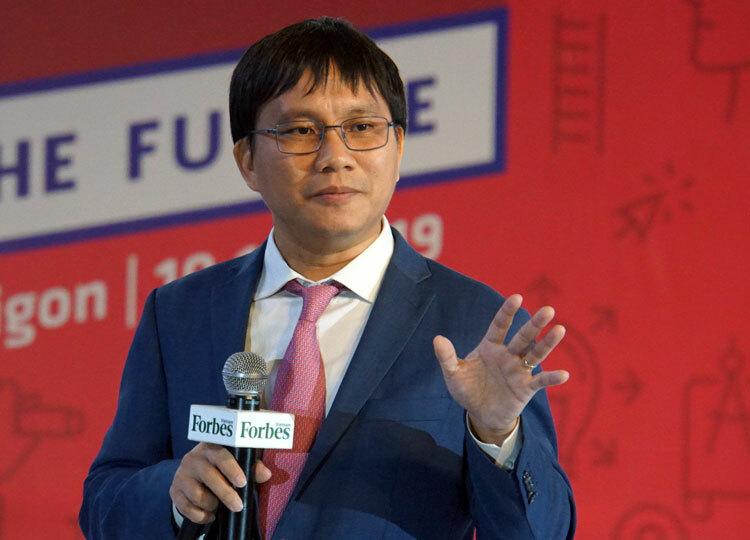 TS Nguyễn Quốc Toàn trình bày bài nói chuyện với chủ đề Cách học mới. Ảnh: Mạnh Tùng.
