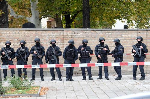 Cảnh sát Đức phong tỏa hiện trường vụ xả súng ở Halle hôm 9/10. Ảnh: AFP.