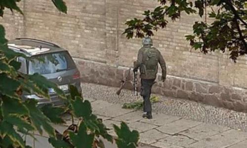 Hình ảnh xuất hiện trên mạng xã hội được cho là nghi phạm xả súng ở Halle hôm 9/10. Ảnh: Twitter.
