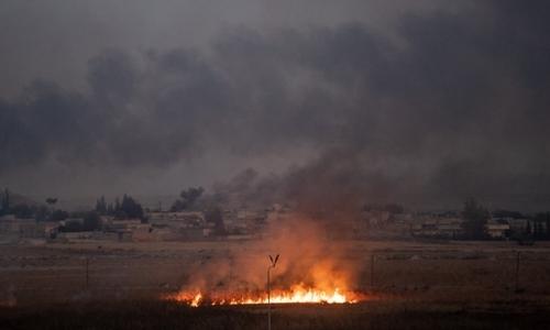 Lửa cháy, khói bốc lên từ thị trấnTal Abyad, Syria, nơi hứng chịu đợt tấn công của Thổ Nhĩ Kỳ ngày 10/10. Ảnh: AFP.