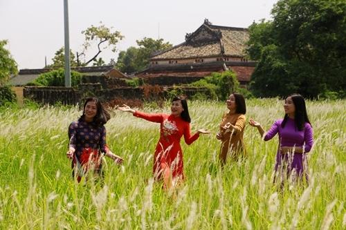 Phụ nữ mặc áo dài tham quan Di tích Huế ngày 20/10 sẽ miễn phí vé. Ảnh: Võ Thạnh