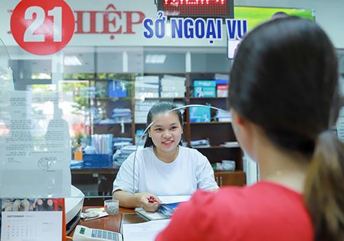 Công chức Đà Nẵng làm việc tại khu vực 1 cửa của Trung tâm hành chính thành phố. Ảnh: Nguyễn Đông.