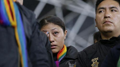 Nữ cảnh sát quệt nước mắt khi bị người biểu tình bắt làm con tin. Ảnh: AP.