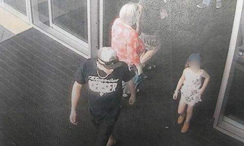 Hình ảnh Free (áo đen) dụ bé gái ra khỏi cửa hàng được camera an ninh ghi lại. Ảnh: News Corp.
