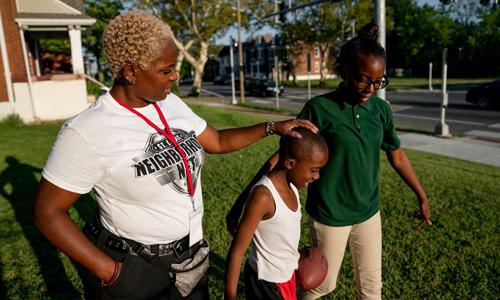 Bà Chante Bass (trái) cùng hai con Taron (giữa) và Tajae tại sân nhà của họ ở thành phố St. Louis, bang Missouri, Mỹ. Ảnh: Guardian.