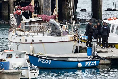 Cảnh sát kiểm tra tàu cá chở 29 người Việt nhập cư trái phép ở cảng Newlyn, hạt Cornwall, Anh hôm 12/4. Ảnh: Cornwall Live