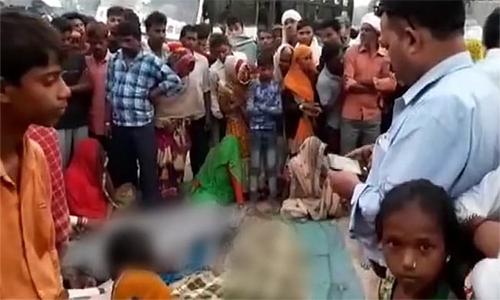 Dân địa phương vây quanh thi thể những người thiệt mạng vì bị xe buýt cán qua tại bang Uttar Pradesh