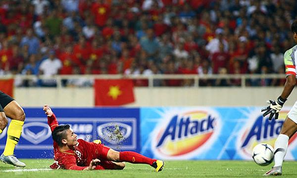 Quang Hải ngả người vô-lê ghi bàn duy nhất vào lưới Malaysia. Ảnh: Lâm Thỏa.