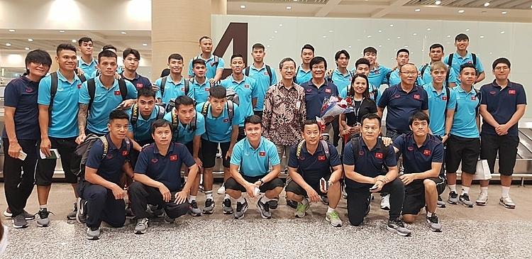 Sau gần 12 tiếng di chuyển, toàn đội Việt Nam đã có mặt ở sân bay của đảo Bali. Ảnh: VFF.