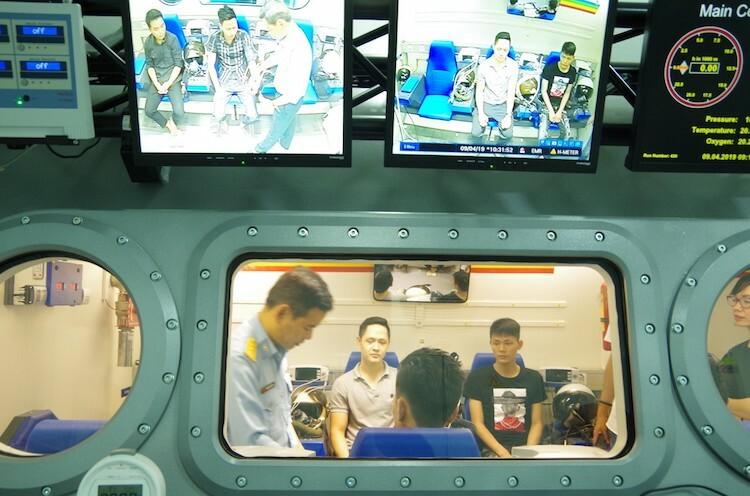 Thí sinh kiểm tra sức khoẻ trong phòng kháng áp, Viện y học Hàng không. Anh: Viện y học cung cấp