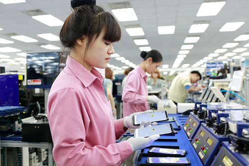 Nhân viên tại nhà máy Samsung Thái Nguyên kiểm tra sản phẩm.