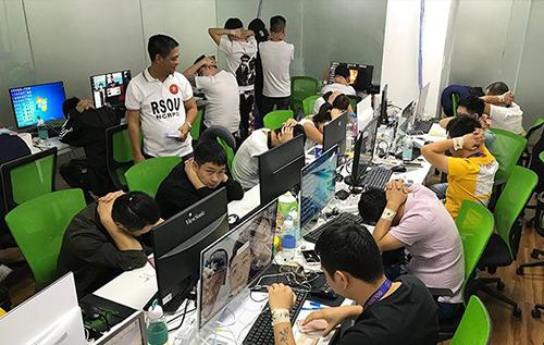 Các lao động nước ngoài trái phép bị bắt khi giới chức Philippines bố ráp vào một công ty ở vùng đô thị Manila tối 9/10. Ảnh: CNN