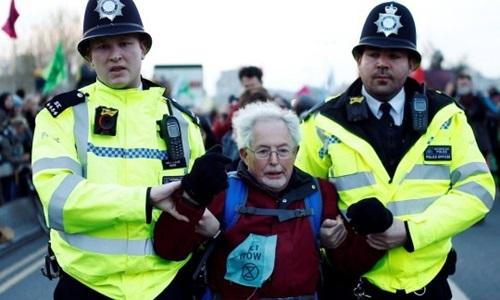 Cảnh sát Anh bắt người biểu tình của tổ chức Extinction Rebellion ở London hôm 15/4. Ảnh: Reuters.