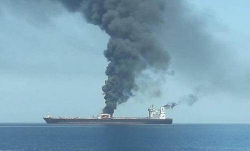 Tàu dầu Sinopa bốc cháy sau khi trúng tên lửa hôm 11/10. Ảnh: Irib News.