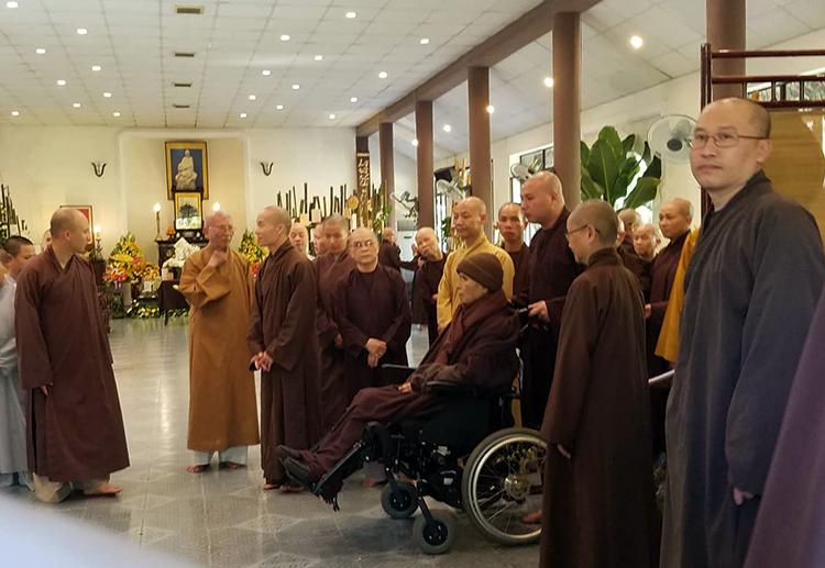 Thiền sư Thích Nhất Hạnh ngồi trên xe lăn trong thiền đường Trăng Rằm sáng 11/10. Ảnh: Võ Thạnh.