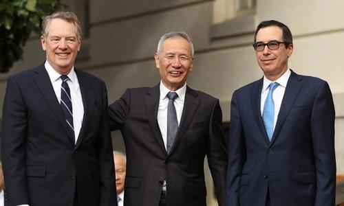 Từ trái qua phải: Đại diện Thương mại Mỹ Robert Lighthizer, Phó thủ tướng Trung Quốc Lưu Hạc vàBộ trưởng Tài chính Mỹ Steven Mnuchin trước khi đàm phán thương mại ở Washington hôm 10/10. Ảnh: AFP.