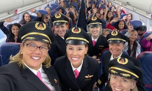 Phi hành đoàn cùng khách nữ trên chuyến bay của Delta Air Lines hôm 6/10. Ảnh: Delta.