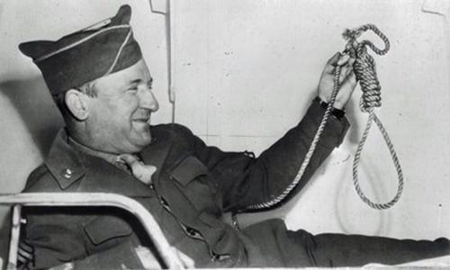John C. Woods diễn tảcách treo cổ các quan chức phát xít tại Mỹ tháng 11/1946. AP.