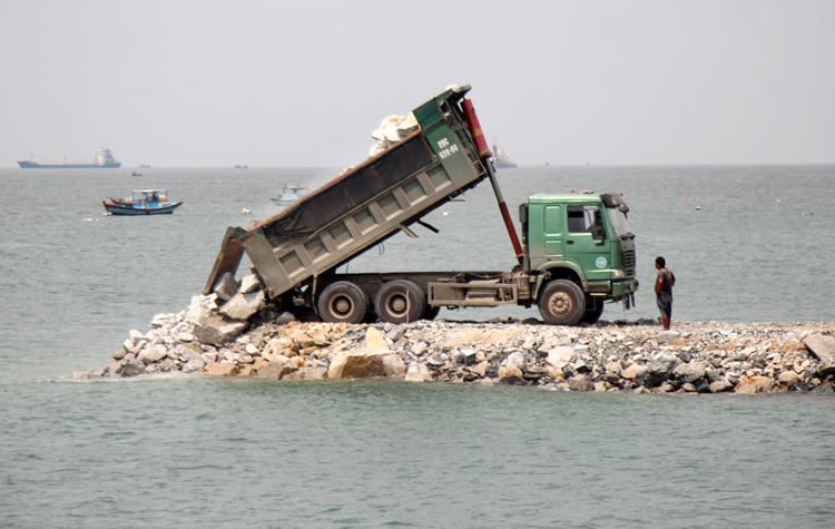Xe tải chở đất lấpbiển để xây thủy cung. Ảnh: Nguyễn Khoa.