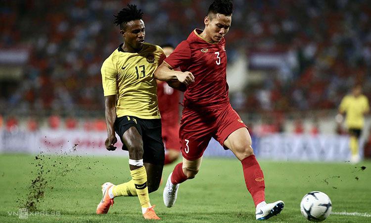 Cầu thủ nhập tịch Sumareh (trái) tranh bóng với Quế Ngọc Hải. Ảnh: Lâm Thỏa.