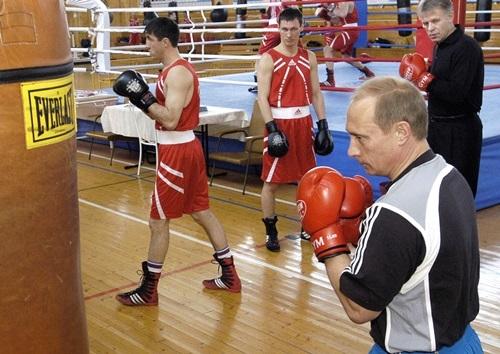Putin tập đấm bốc khi thăm một trung tâm huấn luyện quyền anh ở Moskva năm 2004. Ảnh: AFP.