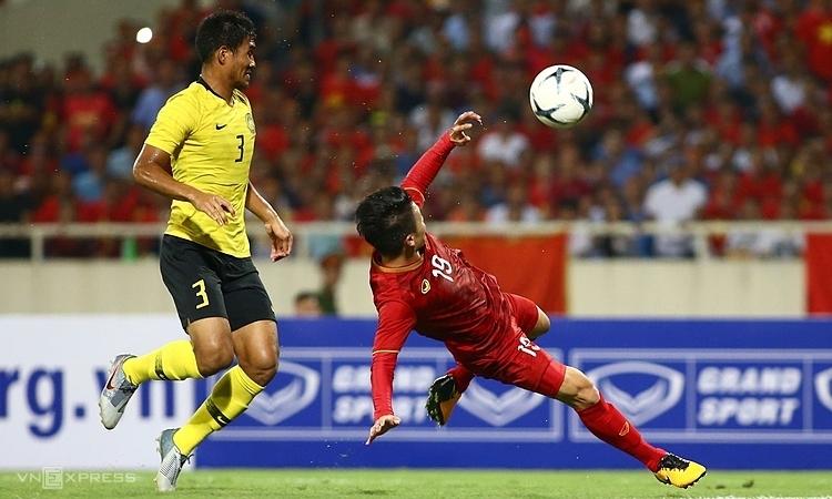 Quang Hải tận dụng cơ hội quý giá để ghi bàn đầu tiên cho Việt Nam ở vòng loại World Cupu 2022. Ảnh: Lâm Thỏa.