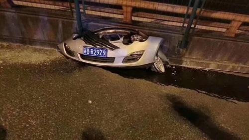 Chiếc ôtô màu trắng bị nghiền nátbên dưới đoạn cầu sập ở Vô Tích hôm 10/10. Ảnh: Twitter/Qizhai.
