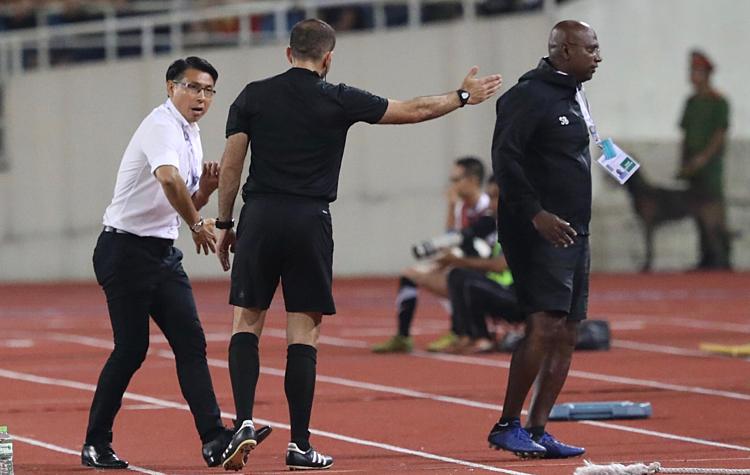 HLV Tan Cheng Hoe (trái) phản ứng với trọng taif cuối trận. Ảnh: Ngọc Thành.