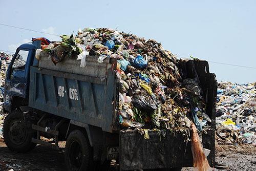 Một ngày bãi rác Cẩm Hạ đón nhận 100 tấn rác trên địa bàn TP Hội An đưa đến. Ảnh: Đắc Thành.