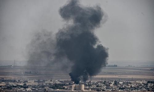 Khói bốc lên từ thị trấnRas al-Ain của Syria, nơi bị Thổ Nhĩ Kỳ tấn công, ngày 11/10. Ảnh: AFP.