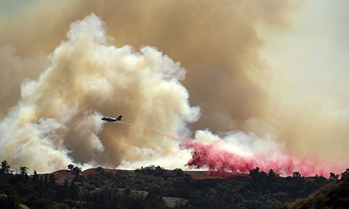 Một máy bay thả chất đập lửa để khống chế cháy rừng tại California ngày 11/10. Ảnh: AFP.