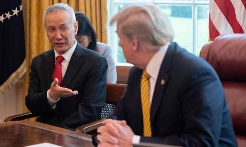Phó thủ tướng Trung Quốc Lưu Hạc (trái) thảo luận với Tổng thống Mỹ Donald Trump ở Nhà Trắng hồi tháng 4. Ảnh: AFP.