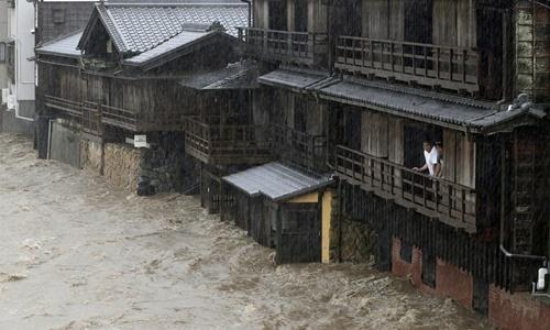 Sông Isuzu ở thành phố Ise, miền trung Nhật Bản, tràn bờ vì bão Hagibis. Ảnh: AP.